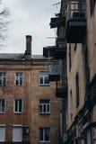 老住宅公寓的墙壁和Windows 图库摄影