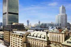老住所和现代办公楼在华沙 库存图片