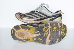 老体育鞋子,老跑鞋,老运动鞋,被用完炫耀鞋子,老连续体育鞋子 免版税图库摄影