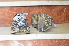 老体育鞋子,老跑鞋,老运动鞋,被用完炫耀鞋子,老连续体育鞋子 库存照片