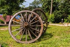 老作为装饰的堡垒虚张声势无盖货车木轮子在庭院 免版税图库摄影