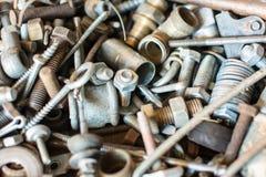老使用的备件、铁锈螺栓和结特写镜头视图许多大小 库存照片