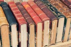 老使用的葡萄酒书在架子说谎 免版税库存照片