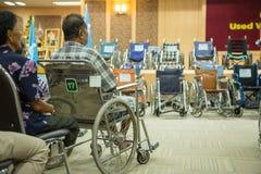 老使用的轮椅为生活,新的梦想 免版税库存照片