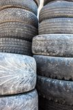 老使用的轮胎盖子的堆 免版税库存图片