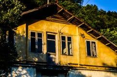 老使荒凉的议院在Tesvikiye村庄乡下-土耳其 免版税库存照片