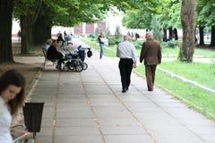 老供以人员在公园的步行 库存图片