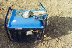 老便携式的燃料发电器 免版税库存照片