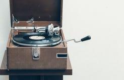 老便携式的留声机 库存图片