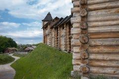 老俄国堡垒是一个木结构由日志做成 大厦房子古老方式  库存图片