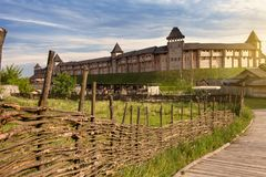 老俄国堡垒是一个木结构由日志做成 大厦房子古老方式  免版税图库摄影