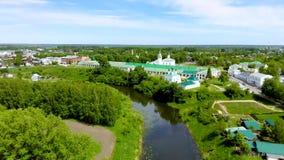 老俄国建筑学鸟瞰图与大教堂,中世纪镇苏兹达尔的 股票录像
