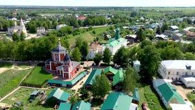 老俄国建筑学鸟瞰图与大教堂,中世纪镇苏兹达尔的 股票视频
