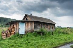 老俄国房子在一个小村庄 免版税库存图片