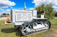 老俄国拖拉机Stalinets-65,柴油发动的车C-65 库存照片