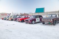 老俄国汽车Lada为在停车处和等待漂移和移动的赛跑的身分准备的2101和2104在a的一个集材工 图库摄影