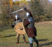 老俄国装甲的两个战士重建了中世纪战斗 图库摄影