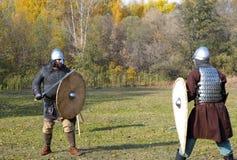 老俄国装甲的两个战士redy对被重建的medieva 免版税库存图片
