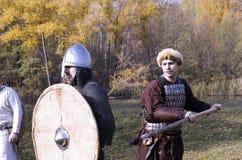 老俄国装甲的战士重建了中世纪战斗 图库摄影