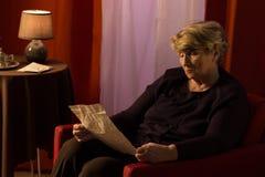 读老信的忧郁的退休人员 库存图片