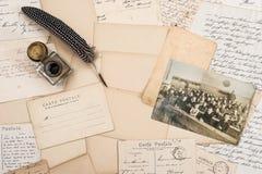 老信件、古色古香的羽毛笔和孩子葡萄酒照片  免版税库存照片
