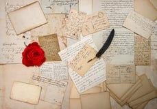 老信件、手写、葡萄酒明信片和红色玫瑰 免版税库存图片