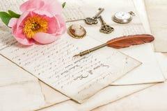 老信件、桃红色牡丹花和古董用羽毛装饰笔 葡萄酒 图库摄影