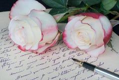 老信件、笔和和两朵玫瑰 库存图片