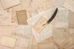 老信件、葡萄酒明信片和古色古香的羽毛笔 库存图片