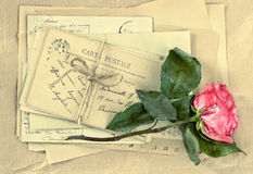 老信件和烘干玫瑰色花 葡萄酒明信片和信封 免版税图库摄影