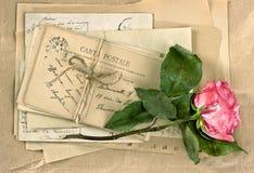 老信件和玫瑰色花 葡萄酒手写 减速火箭的样式 库存图片
