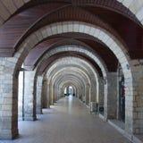 老修造的巴库Torgovaya街道成拱形大厦的间距 库存照片