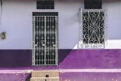 老充满活力的紫色房子门面 图库摄影
