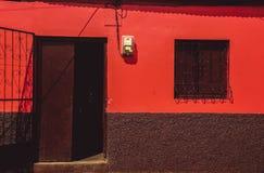 老充满活力的红色房子门面 免版税库存照片