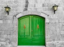 老充满活力的绿色木门 免版税库存照片