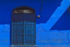 老充满活力的蓝色房子门面 库存图片