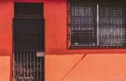 老充满活力的蓝色房子facadeOld充满活力的红色房子门面 图库摄影