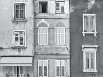 老克罗地亚大厦门面在罗维尼,克罗地亚,黑白照片的 免版税图库摄影