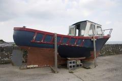 老入干船坞的小船 免版税库存照片