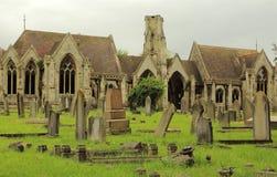 老公墓和教堂 免版税图库摄影