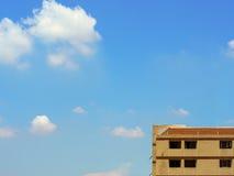老公寓最高的地板与云彩和天空的 库存照片