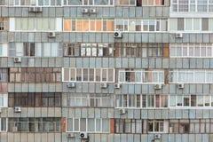 老公寓背景与很多窗口和空调的 库存照片