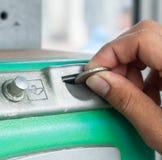 老公开投入硬币后自动操作的电话 免版税库存图片