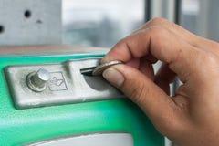 老公开投入硬币后自动操作的电话 库存照片