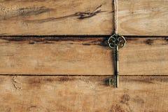 老关键垂悬在棕色木头 库存照片