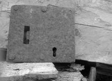 老关键锁和木背景 免版税库存图片