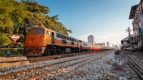 老内燃机车和火车在曼谷 免版税库存图片