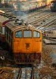 老内燃机车和火车在曼谷 免版税库存照片