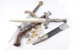 老军事匕首、枪和硬币 免版税库存图片