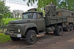 老军用卡车在一个老方式附近停放了 库存照片